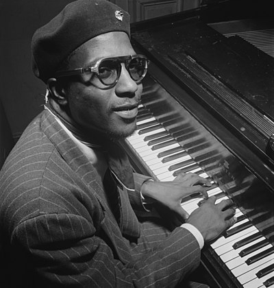 Portrait du pianiste et compositeur de jazz américain Thelonious Monk, au Minton's Playhouse à New York, photographie de William P. Gottlieb prise en 1947.  (définition réelle 4 898 × 5 148)