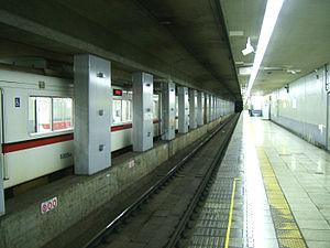 Nishi-magome Station - Platform level of Nishi-magome Station.