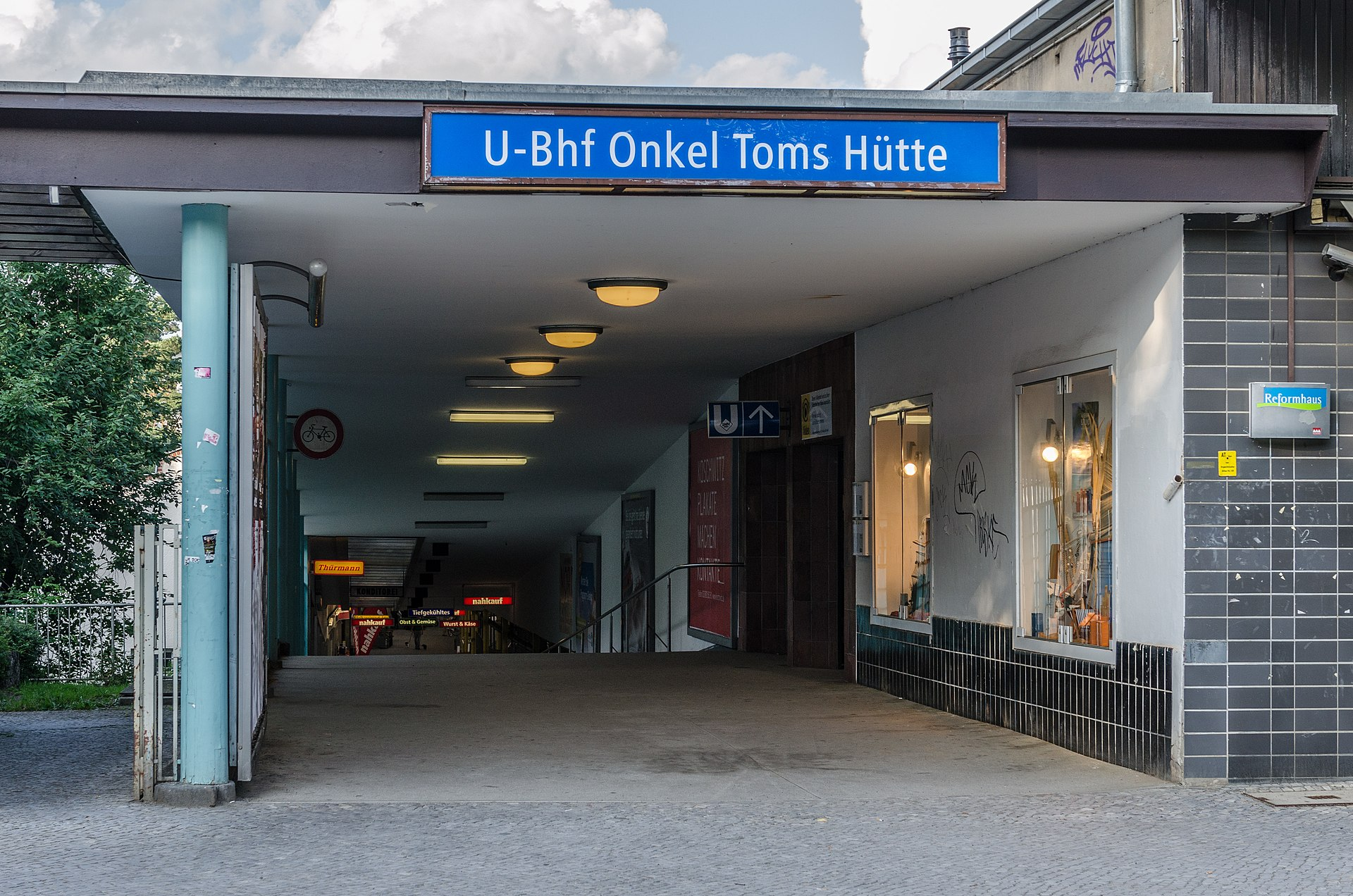 1920px-U-Bahnhof_Onkel-Toms-H%C3%BCtte%2C_Left_Entry_at_Onkel-Tom-Strasse_20130705_2.jpg
