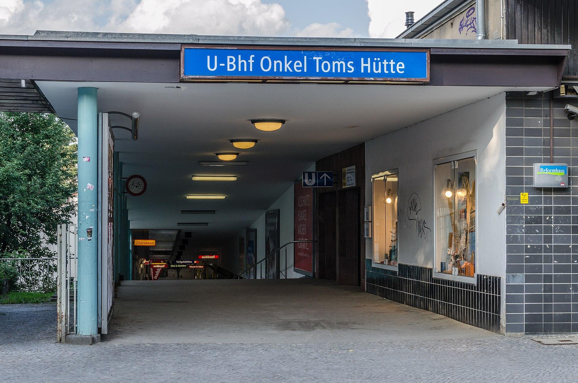 1920px-U-Bahnhof_Onkel-Toms-H%C3%BCtte%2C_Left_Entry_at_Onkel-Tom-Strasse_20130705_2.jpg