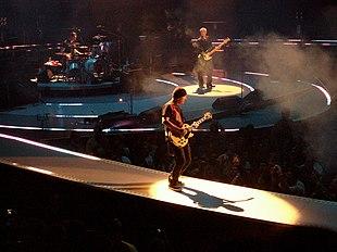 The Edge (in primo piano) e gli altri membri della band