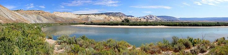 US Utah Dinosaur Monum Panorama 3.jpg
