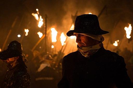 Un hombre participa en la fiesta del Vítor de Mayorga