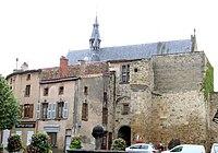 Vic-le-Comte - Entrée du château comtal sur la place du Vieux-Marché et Sainte-Chapelle -583.jpg