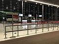 Vue d'une porte d'embarquement dans le terminal E (aéroport Roissy, France).JPG