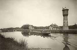 De Maarssense watertoren rond 1913. In de foto links naast de watertoren de machinistenwoning.