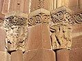 Yermo église Santa Maria corniche S modillon 48a.jpg