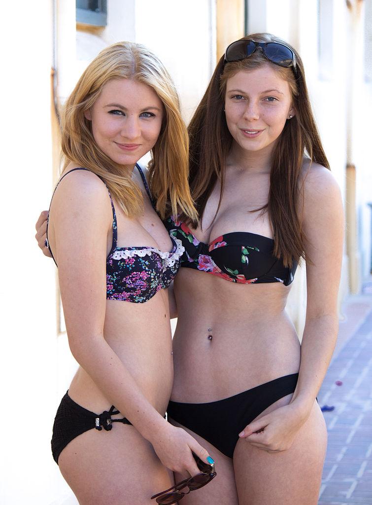 filles de 14 ans en maillot de bain