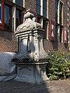 Gebeeldhouwde hardstenen stadspomp met twee bronzen uitlaten