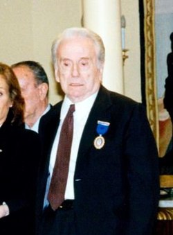 (José Manuel Lara) José María Aznar interviene durante el acto de entrega de las medallas de oro al Mérito en el Trabajo. Pool Moncloa. 9 de diciembre de 1996 (cropped).jpeg