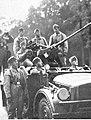 Żołnierze niemiecccy na samochodzie z działkiem przeciwlotniczym (2-40a).jpg