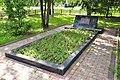 Захоронение воинов Красной Армии в бывшей деревне Александровка слева от памятника.jpg