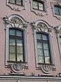 Маскароны над окнами второго этажа.JPG