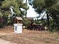Мини-часовня и трактор по дороге от Метаморфози к монастырю Иоанна Крестителя - panoramio.jpg