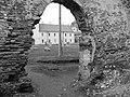 Подвір'я замку крізь руїни південного корпусу та колишньої каплички.jpg