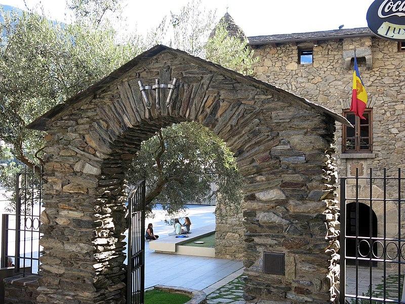 File 057 casa de la vall andorra la vella portal exterior est jpg wikimedia commons - Andorra la vella apartamentos ...