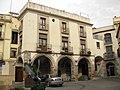 130 Plaça de les Fonts, amb colom (Olesa).jpg