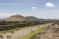 15-07-13 Teotihuacan la Avenida de los Muertos y la Pirámide del Sol-RalfR-WMA 0251.jpg