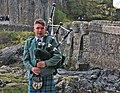 17 Gaiter davant el castell d'Eilean Donan.jpg