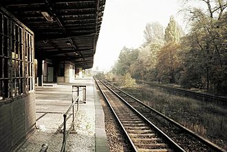 Siemensstadt-Fürstenbrunn station - Platform on former track of the Hamburg railway leading out of the city, further to the right is the track of the Lehrte Railway