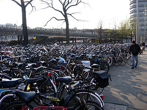 Cycling in Amsterdam - Image: 20050402 Amsterdam bicycles 0563