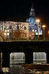 2014-03-29 Am Himmelreich hieß der Platz zwischen Flusswasserkunst und Wangenheimpalais, Blick vom Leine-Ufer am Leineschloss über die unbenannte Fußgängerbrücke Richtung Neues Rathaus Hannover.jpg