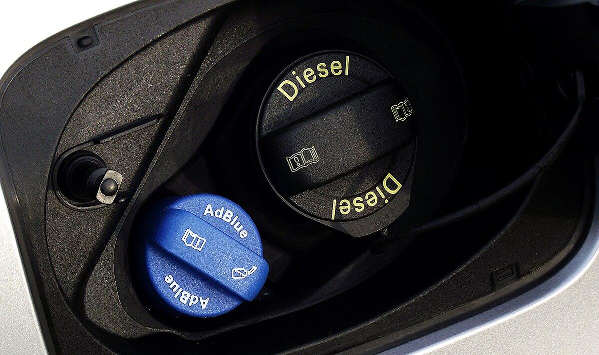 2015 Audi Q3 2.0 TDI quattro Facelift Typ 8U Tankeinfuellstutzen AdBlue.jpg