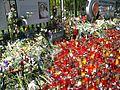 4. Bucuresti, Romania. Flori si candele pentru Regina Ana.jpg