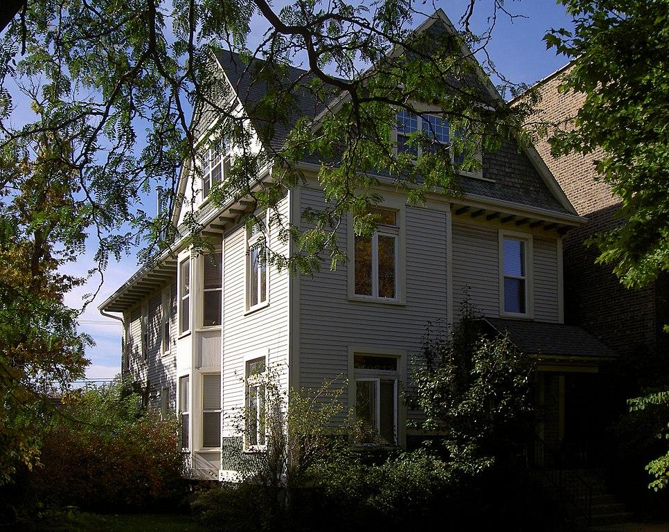 カール・サンドバーグは詩集『シカゴ詩集』の執筆当時、この建物の部屋に3年間に渡り住んでいた。建物はこんにちではシカゴのランドマークとなっている。Wikipediaより