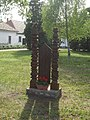 50. évfordulós kopjafa emlék, Kossuth Lajos utca 26-28, 2019 Heves.jpg