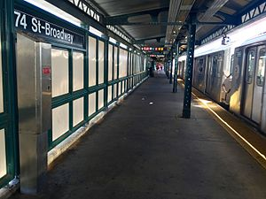 Jackson Heights–Roosevelt Avenue/74th Street (New York City Subway) - Manhattan bound platform