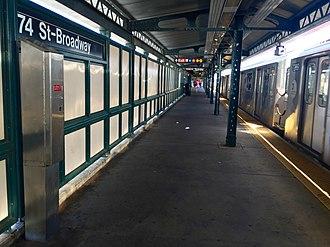 Jackson Heights–Roosevelt Avenue/74th Street (New York City Subway) - Manhattan bound platform