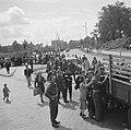 Aan de rand van de stad bestormen burgers een vrachtwagen bij een uitvalsweg R, Bestanddeelnr 900-6223.jpg