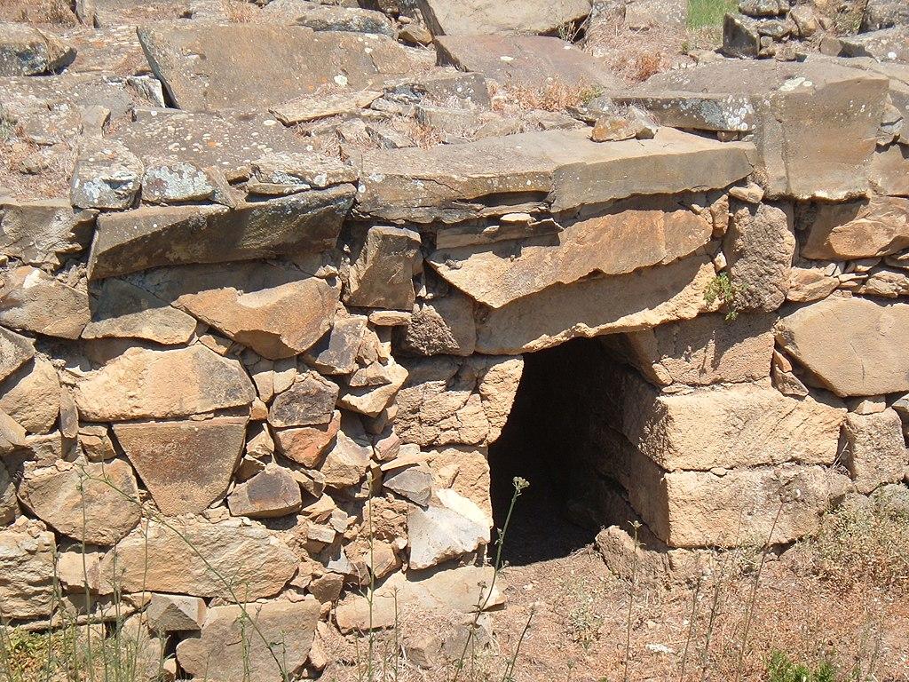 Populonia, Acropolis, a house door