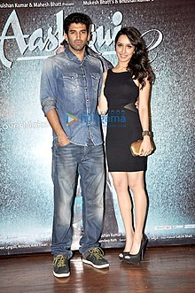 Aditya Roy Kapur and Shraddha Kapoor smiles for the camera