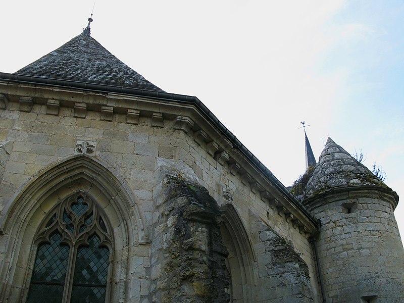 """Agnicourt-et-Séchelles (Aisne, France) -  L'église fortifiée d'Agnicourt (choeur face nord). Il est à noter que la tour est couverte de pierre et non d'ardoise! On remarque la végétation """"s'installant"""" sur la pierre."""