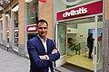 Alberto Gutiérrez Pascual frente a una de las tiendas de Civitatis.jpg