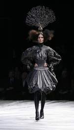 Création 2008 Alexander McQueen, The girl who lived in the tree, chapeau  Philip Treacy. c0f5dc4d8cb
