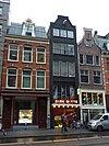 foto van Huis, vanwege de 17e-eeuwse festoenen op en tegen de klokvormige topgevel