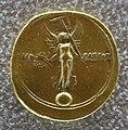 Augusto, aureo con vittoria con vessillo su globo e iscriz. imp. caesar.JPG