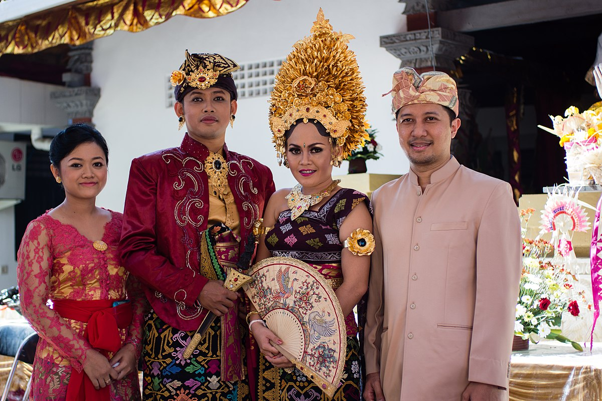 bali traditional balinese indonesia hindu costume clothing national wikipedia ethnic indonesian traditions javanese wikimedia commons culture bride destar dresses groom
