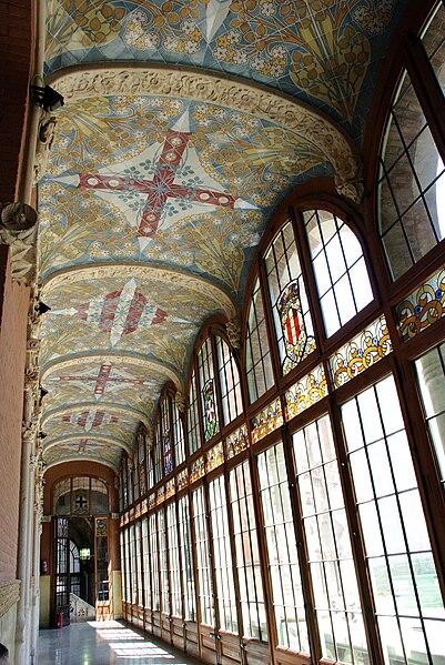 http://upload.wikimedia.org/wikipedia/commons/thumb/9/98/Barcelona_Hospital_de_la_santa_creu_i_sant_pau-passadis.jpg/401px-Barcelona_Hospital_de_la_santa_creu_i_sant_pau-passadis.jpg