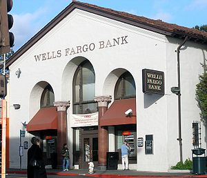 English: A Wells Fargo bank on College Avenue ...