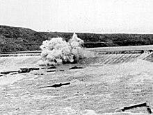 Zobacz wybuchu na szczycie tamy w powodzi rzeki
