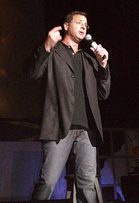 Bob Saget presta la voce al Ted Mosby del futuro, ovvero il narratore dell'intera sitcom.