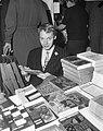 Boekenmarkt in de Bijenkorf te Amsterdam, Simon Vinkenoog bij boekenstal, Bestanddeelnr 918-9885.jpg