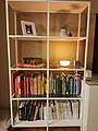 Bokhylle med bøker og dekorative elementer.jpg