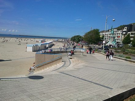 Walk along the beach. Boulognesurmer borddemer.jpg
