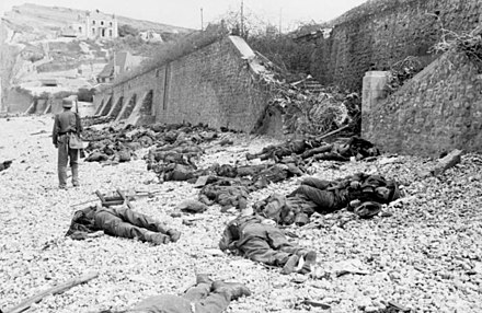 Canadian dead on Blue beach at Puys. Bundesarchiv Bild 101I-291-1230-13, Dieppe, Landungsversuch, tote alliierte Soldaten.jpg