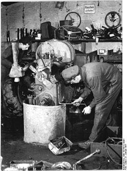 Bundesarchiv Bild 183-40111-0001, Rostock, Überholung eines Traktors